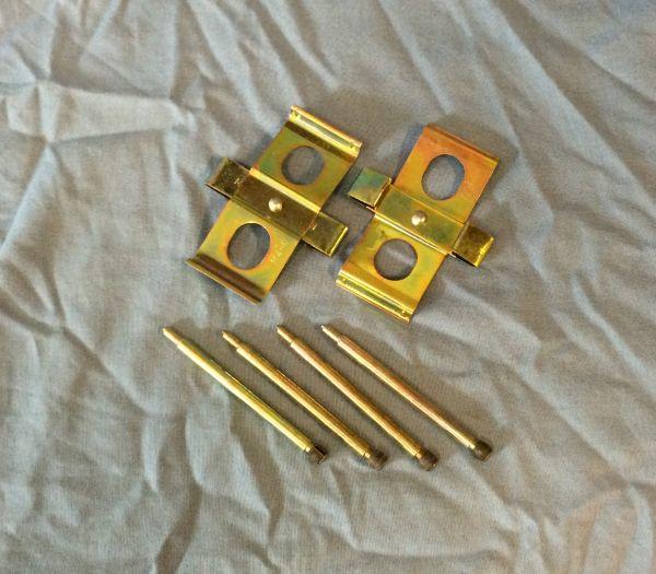 Mounting Set for front axle pads / Montagesatz für Bremsbeläge - vorne